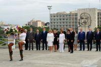 Валентина Матвиенко возлагает венок к монументу Хосе Марти на фоне портрета Че Гевары.