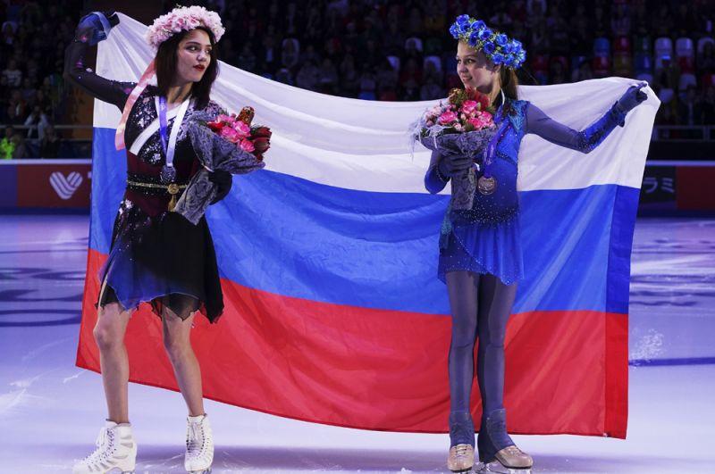 Призеры соревнований в женском одиночном катании на церемонии награждения: Евгения Медведева - серебряная медаль, Александра Трусова - золотая медаль.