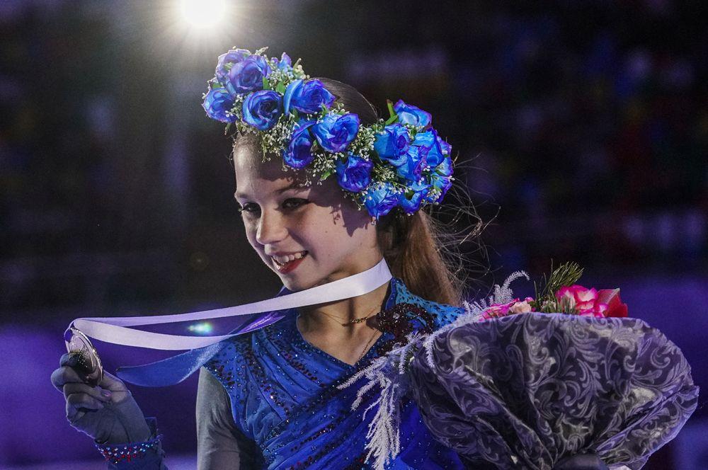 Александра Трусова, завоевавшая золотую медаль в женском одиночном катании, на церемонии награждения.