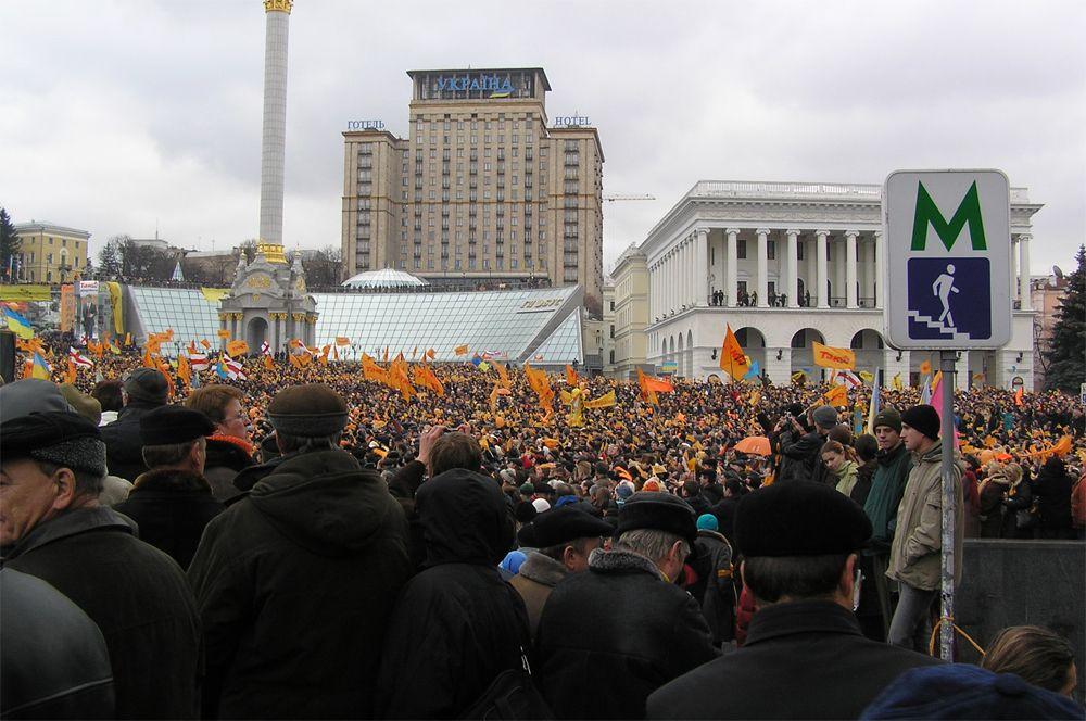 Митинг сторонников кандидата в президенты Ющенко на Майдане Незалежности.