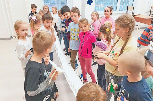 Участники «Школы научного волшебства» создали миниатюрную копию подвесного моста.