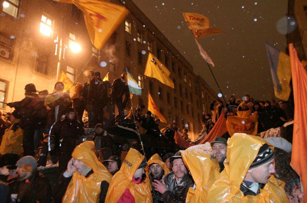 Сторонники Виктора Ющенко у здания администрации президента Украины в Киеве.