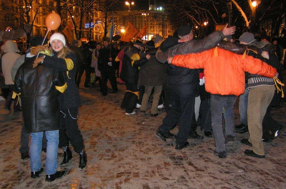 Участники акций протеста танцуют на Крещатике.