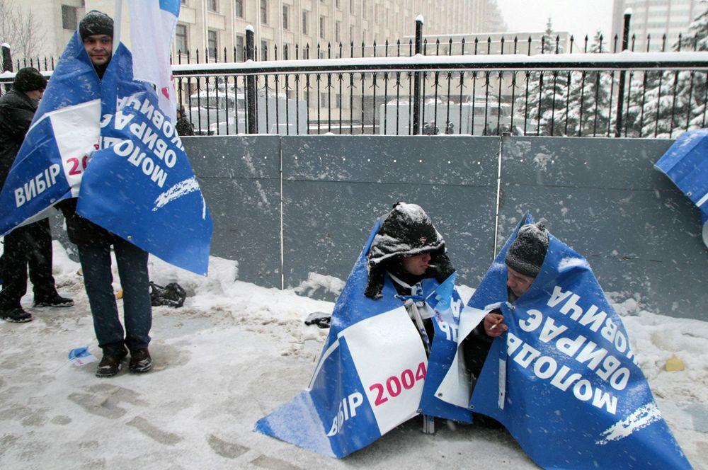 Сторонники Виктора Януковича у здания ЦИК Украины в Киеве.
