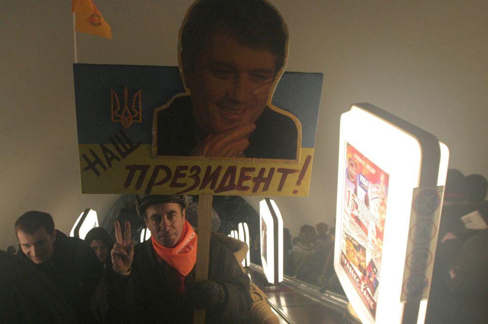 Сторонники Виктора Ющенко в киевском метро.