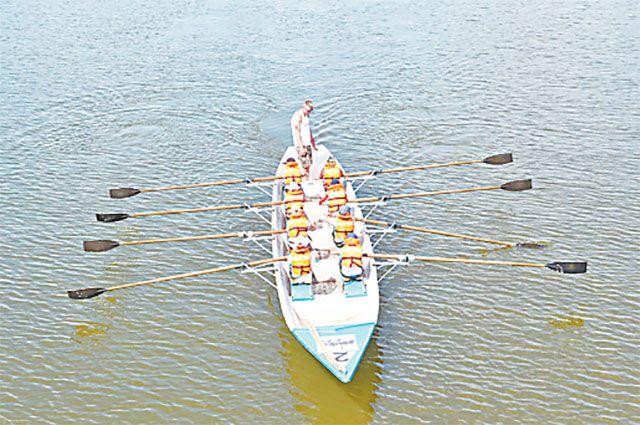 Приёмы на воде ребята отрабатывают на гребном канале в Серебряном Бору.