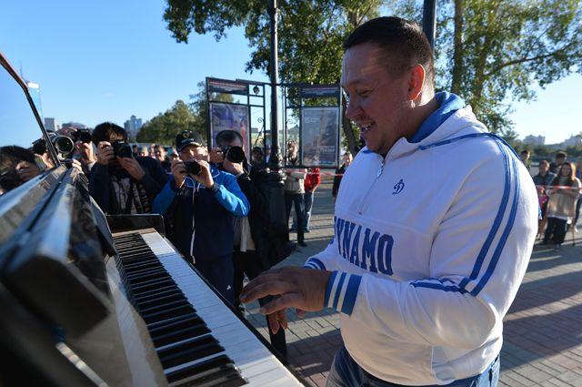 Стронгмен Михаил Кокляев играет на пианино.