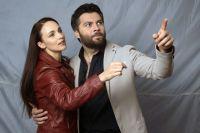 Писатель (Алексей Чумаков) помогает майору (Анна Снаткина).