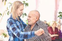 Волонтёры фонда «Старость в радость» устраивают пожилым людям развлекательную программу...