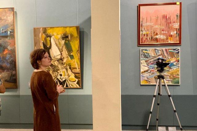 На выставке абстракционизм соседствует с романтизмом.