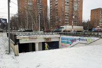 Идти по пешеходному переходу на ул. Кирова вечером неприятно и страшно. Зимой ступеньки превращаются в каток, без поручней просто не спустишься.