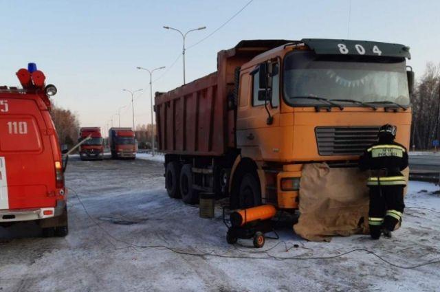 В Голышманово помощь спасателей понадобилась двум водителям большегрузов