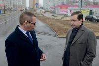 Алексей Островский (справа) и Андрей Борисов осматривают новую дорогу в Новосельцах.