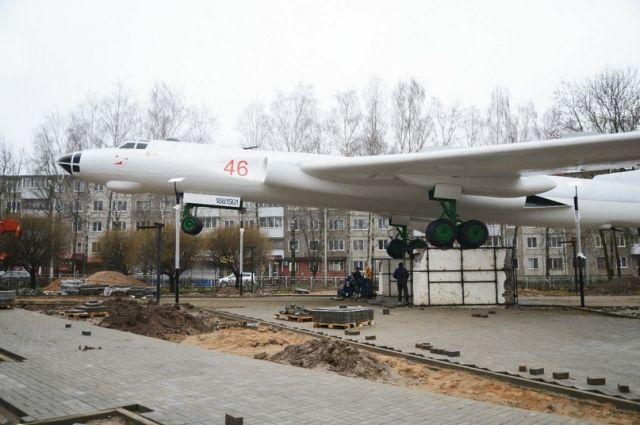 Самолёт ТУ-16 на улице Багратиона после покраски выглядит как новый.