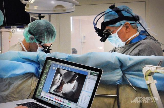 Высокотехнологичную медицинскую помощь можно получить в рамках ОМС. Но иногда очередь в медучреждение может быть долгой.