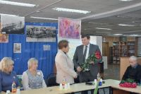 Игорь Ляхов поздравляет Валентину Комарову на празднике в честь выхода книги.