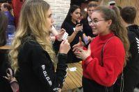 Студенты играли в «Алиас»: объясняли друг другу как можно больше слов за отведённое им время.