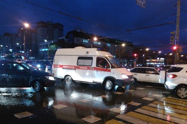 Искорёженный автомобиль в результате ДТП вынесло на трамвайные рельсы.