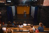 Балкон в «Ложе» находится не в зрительном зале, как в других театрах, а над сценой.