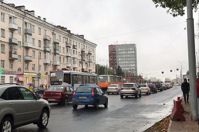 На путях на перекрёстке улиц Циолковского и Уральской произошло ДТП.