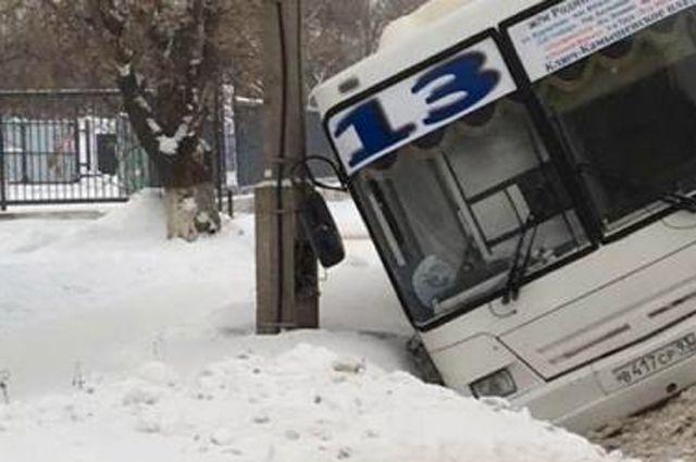 Из-за скользкой дороги автобус угодил в кювет.