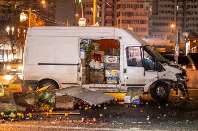 «Яблочный» коллапс в Киеве: на Шулявке произошло ДТП, есть пострадавшие