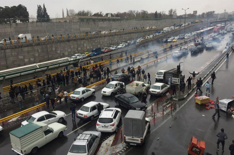 Автомобилисты заблокировали шоссе в Тегеране в знак недовольства повышением цен на бензин.