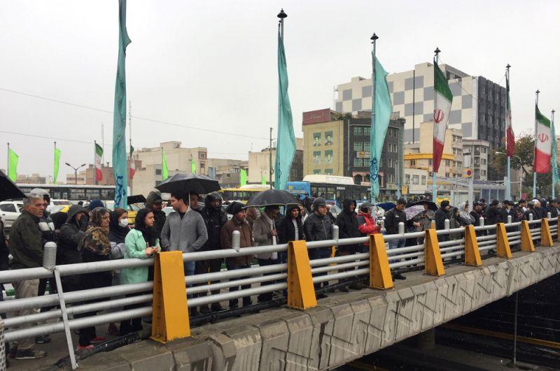Жители Тегерана протестуют против повышения цены на топливо.