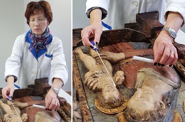 Заведующая лабораторией Ольга Смоляницкая отбирает пробы для микробиологических исследований.
