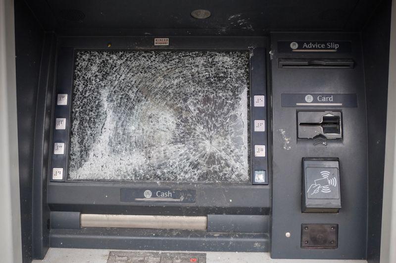Разбитый банкомат во время протестов в Тегеране.