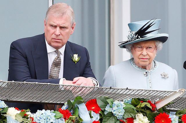 Британская королева Елизавета II и принц Эндрю.