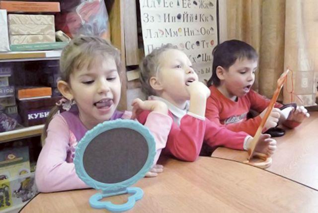 Настроить речь ребенка помогут гимнастика, лексические упражнения и заучивание стихотворений.