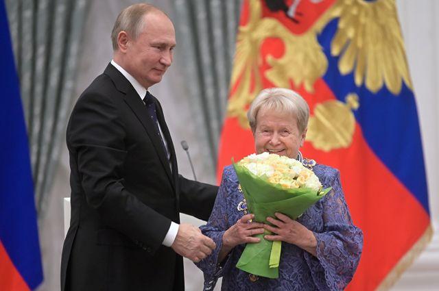 Президент РФВладимир Путин награждает композитора Александру Пахмутову орденом Святого апостола Андрея Первозванного, 21ноября 2019 года.