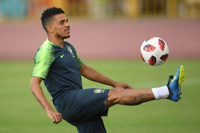 Тайсон (Бразилия) на тренировке перед матчем.