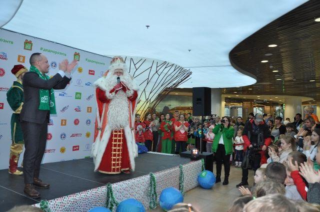 Добрые дела творили в Новосибирске Дед Мороз и ведущий информационной программы «Сегодня» на НТВ Игорь Полетаев.
