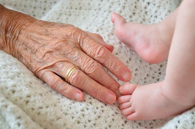 Бабушка воспитывает внуков после смерти дочери.