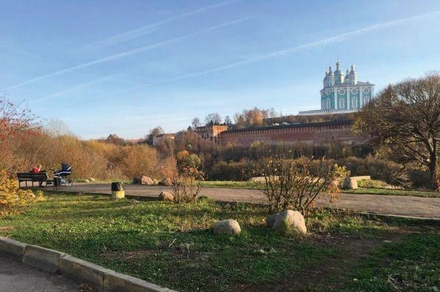 С набережной Днепра восточнее моста хорошо смотреть на Успенский собор. Но на более близкие объекты взгляд лучше не переводить.