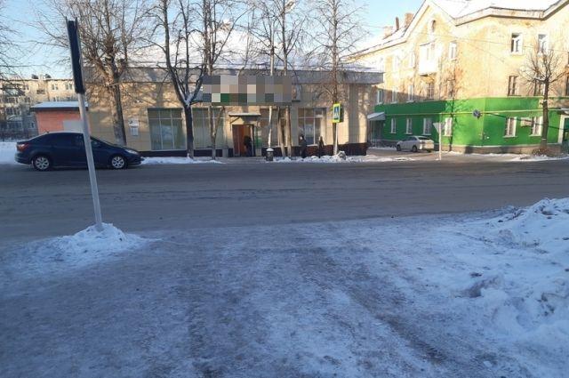 10-летний ребёнок переходил дорогу по пешеходному переходу.