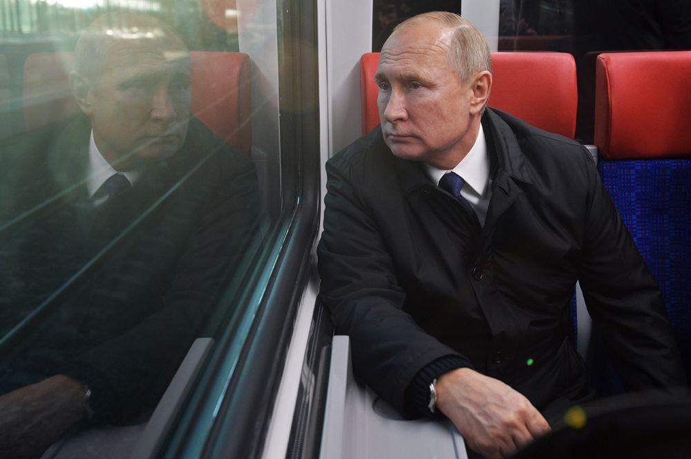 Владимир Путин во время поездки на «Иволге» от Белорусского вокзала по маршруту Одинцово-Лобня Московских центральных диаметров. 21 ноября открылось движение по первым маршрутам МЦД.