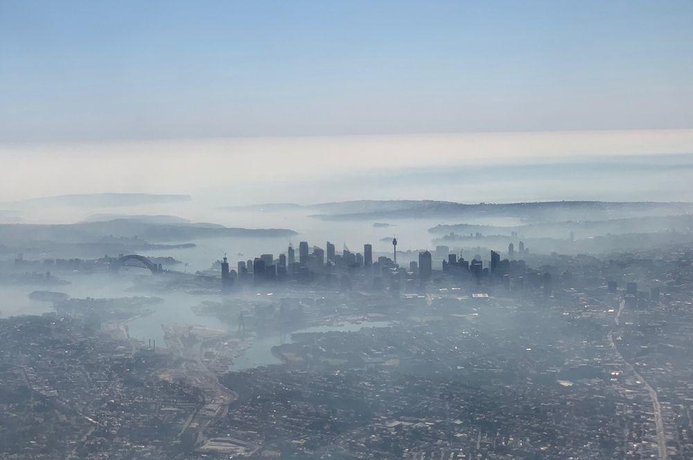 Дым от лесных пожаров над Сиднеем, Австралия. Фото сделано на смартфон из окна самолета.