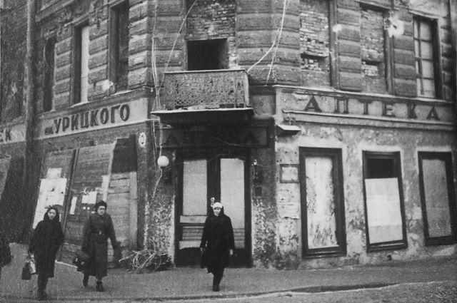 Самое тягостное в бытии ленинградца того времени - это его привычка к смерти, к мертвецам.