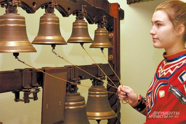 На колоколах ученики школы исполняют не только народную музыку, но иклассическую– Рахманинова иАлябьева.