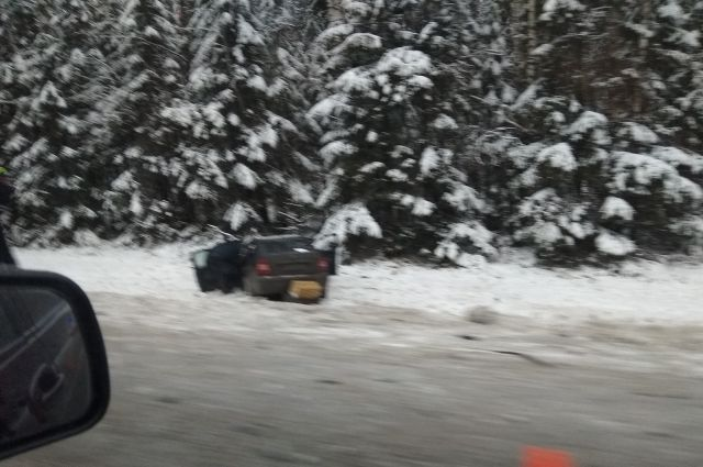 Очевидцы ДТП рассказали, что автомобиль и фура улетели в кювет.