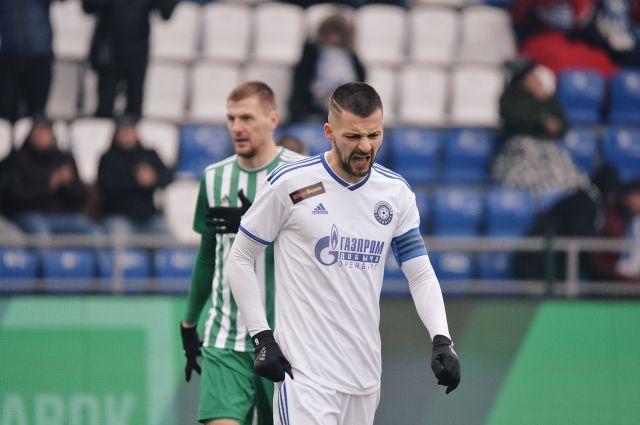 ФК «Оренбург» в домашнем матче уступил «Ахмату» со счетом 1:2.