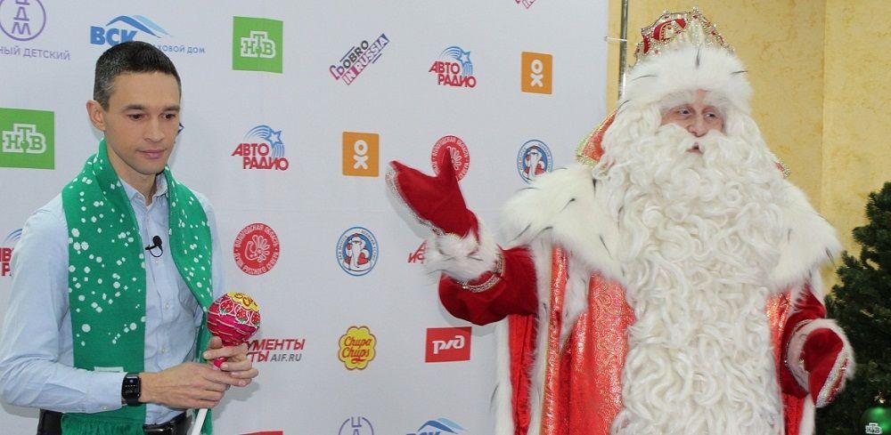 Наш земляк Сергей Малозёмов помогает Деду Морозу.