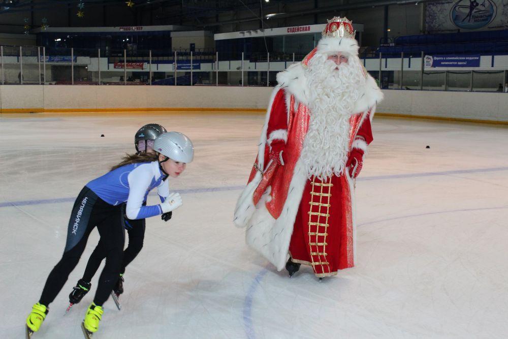 Волшебник прокатился на коньках с юными шорттрекистами