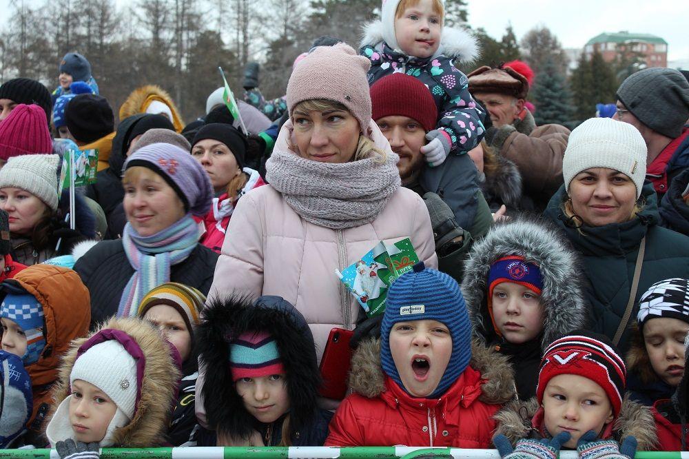Детей на празднике было очень много.