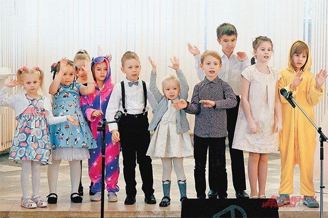 Самые юные участники «Робертино» исполнили для мам песню «Чунга-Чанга».