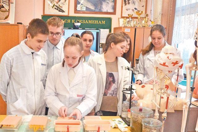 Школьники тренируются обследовать пациентов наспециальных компьютерах иманекенах.