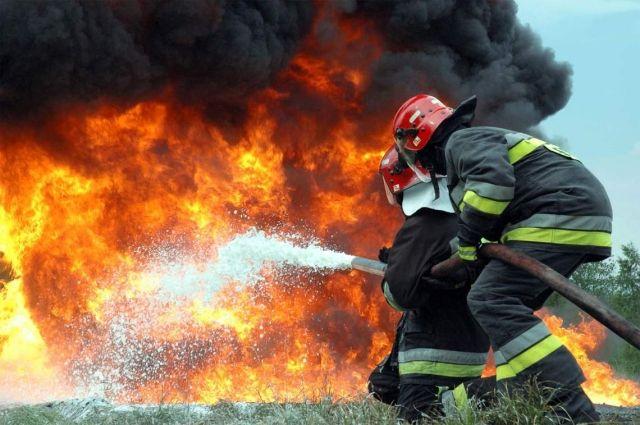 На Донбассе произошел пожар из-за обстрелов: сгорели шесть домов